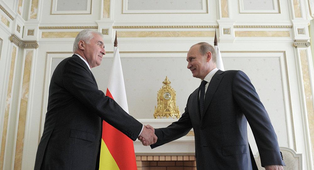 Переговоры президента РФ В. Путина с президентом Южной Осетии Л. Тибиловым.