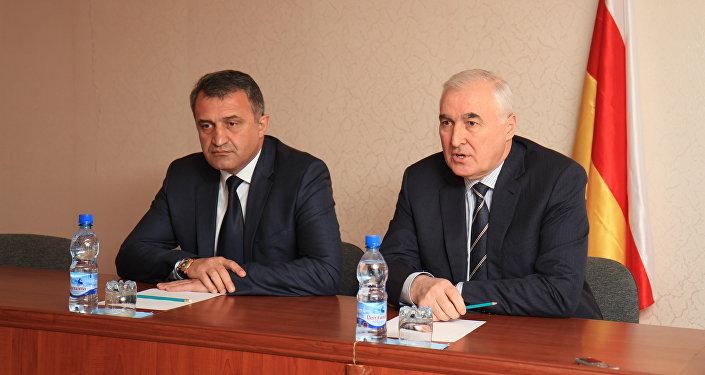 Президент Южной Осетии Леонид Тибилов и спикер парламента РЮО Анатолий Бибилов