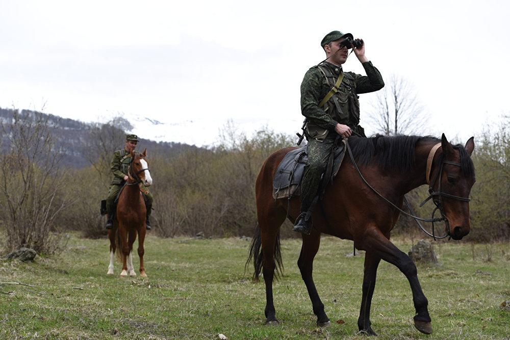 Конный наряд пограничников патрулирует линию границы