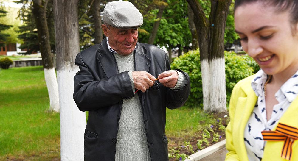 Раздача георгиевских лент в Южной Осетии