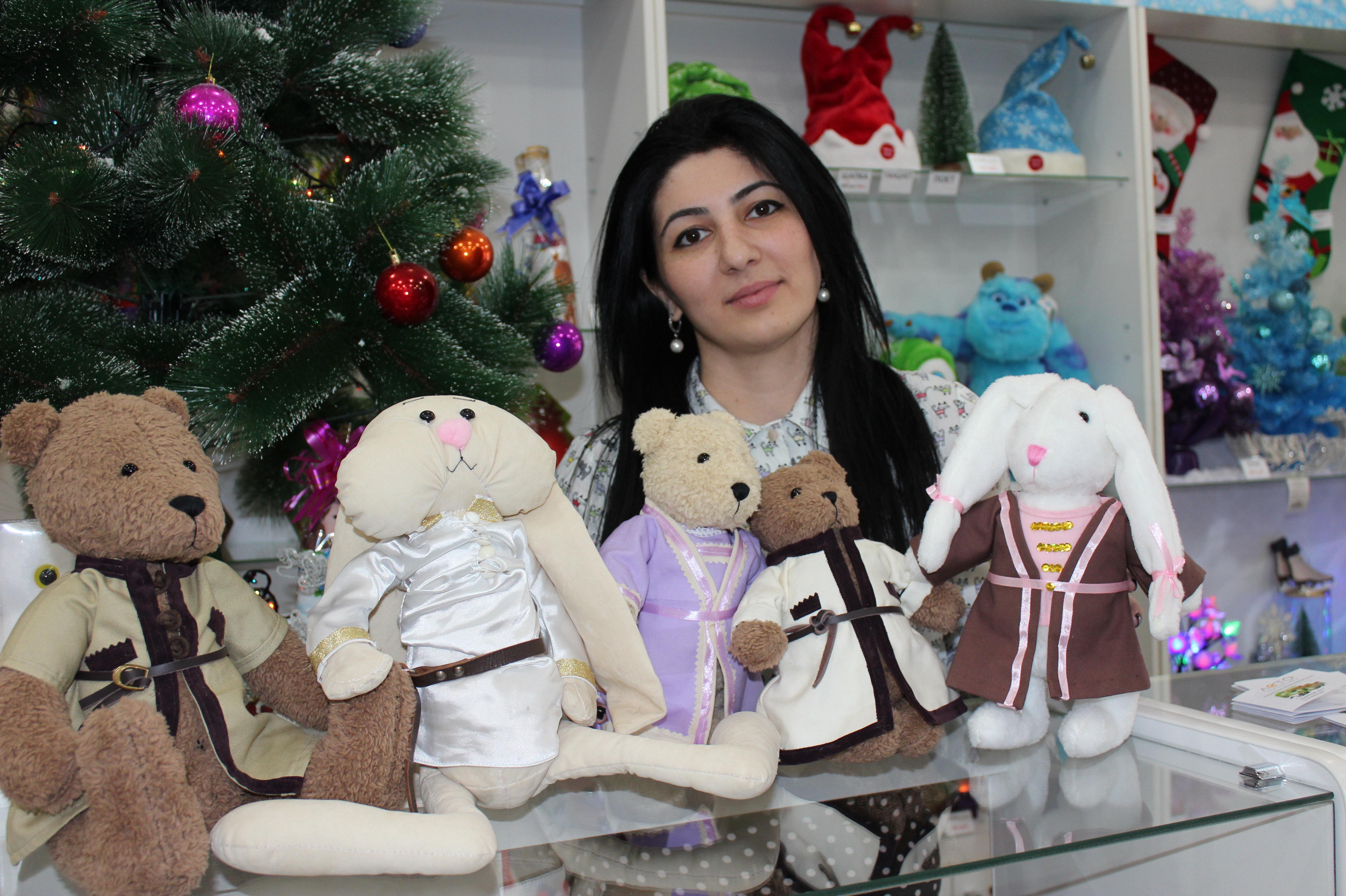 Элона Дзалаева со своими игрушками.