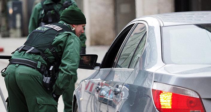 Полицейские проверяют автомобили