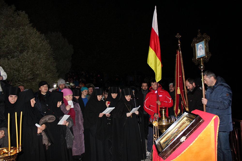 Сотни людей приехали на праздничное Богослужение. Вместить всех желающих маленькому монастырскому храму не под силу. Благодаря тому, что служба транслируется через громкоговорители, ее прекрасно слышно на улице.