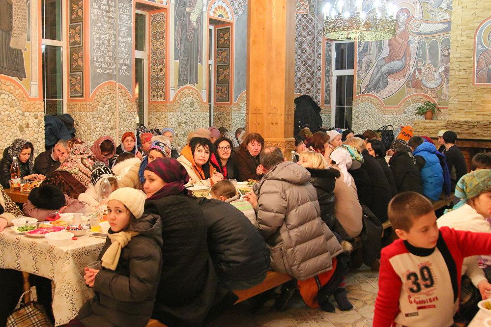 Традиционно, монахини приглашают гостей на монастырскую трапезу, где всех ждет праздничное угощение.  Паломники, которые помогают сестрам готовить угощение, обычно приезжают в монастырь заблаговременно. Осетинские пироги пекут на дровяных печах, что делает их особо ароматными и вкусными.
