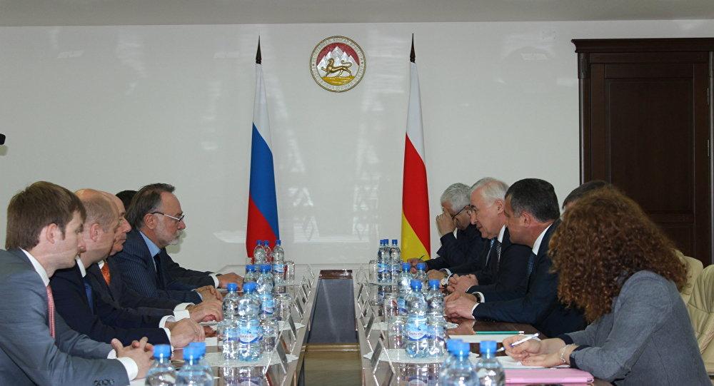 Встреча президента РЮО Л.Тибилова с членом СФ А.Тотооновым