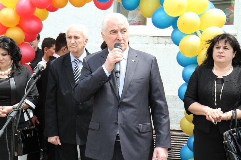 Л.Тибилов поздравил выпускников