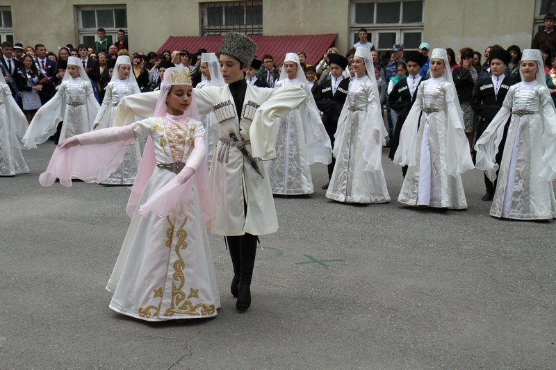 Танец в исполнении школьников