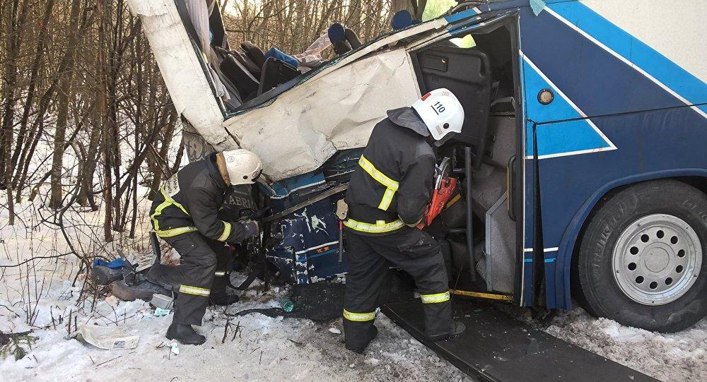 В Ленинградской области туристический автобус столкнулся с грузовиком