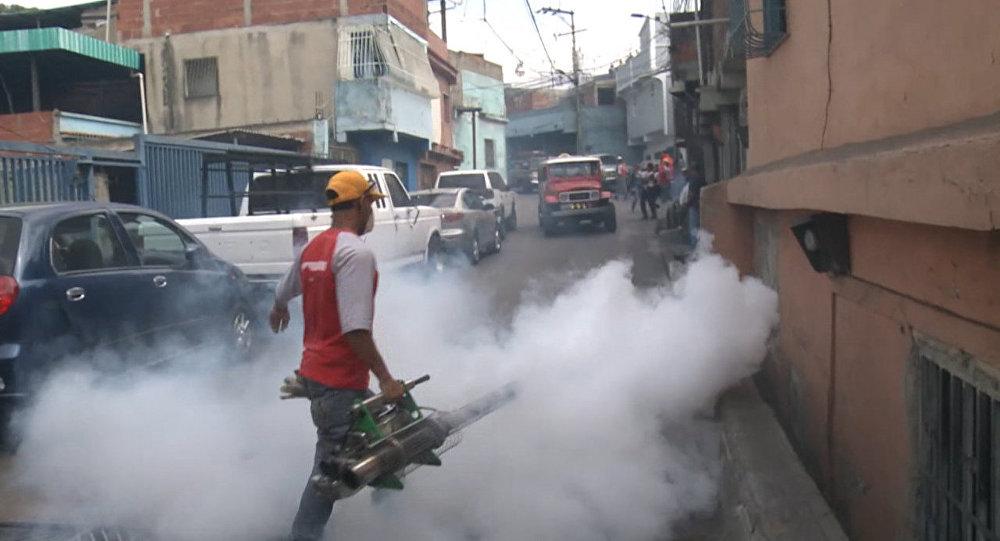 Окуривание дымом домов в Каракасе из-за вируса Зика