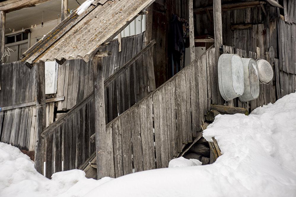 Те, кому сельская зима в тягость, перебираются в город до весны, пока снега окончательно не сойдут с порога.