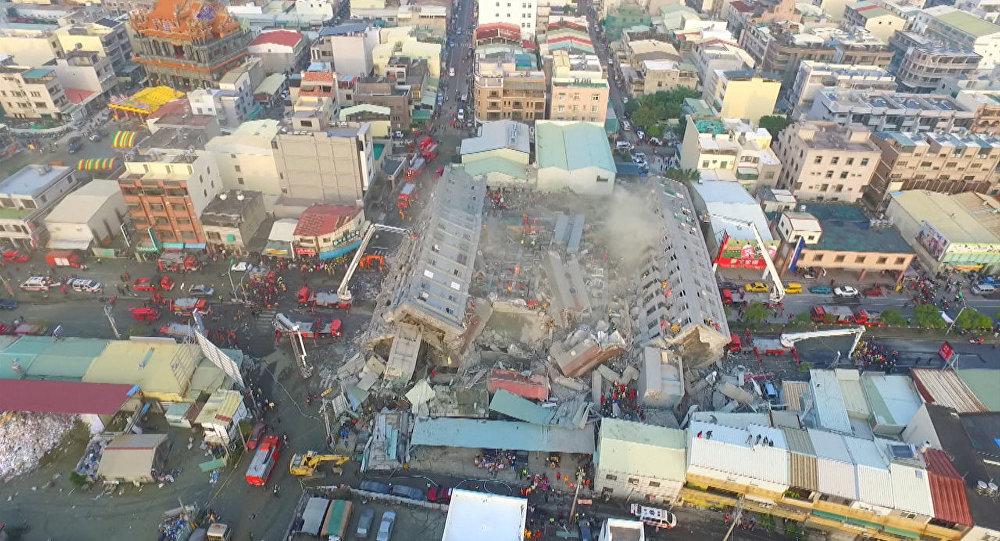 Жилой 17-этажный дом рухнул во время землетрясения на Тайване. Съемка с дрона