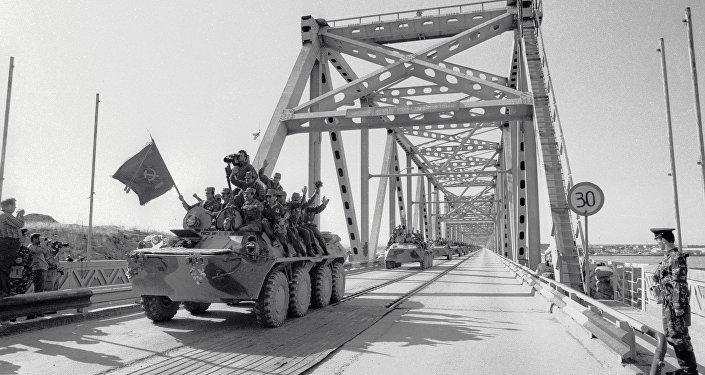 Колонна бронетехники пересекает афгано-советскую границу