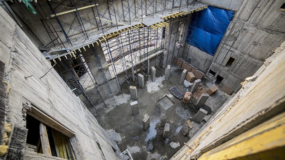 Во время своего визита в Цхинвал артист российского театра и кино Сергей Безруков пообещал выступить в первом спектакле на сцене нового театра.  Здание театра было построено в 1931 году.