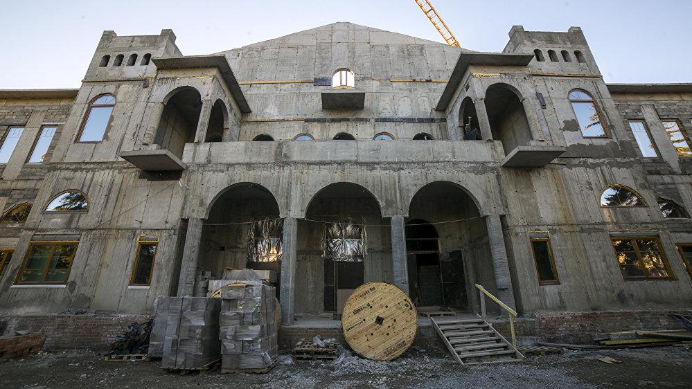 В проекте нового строительства сохранен былой вид фасада вместе с его колоннами и арками.