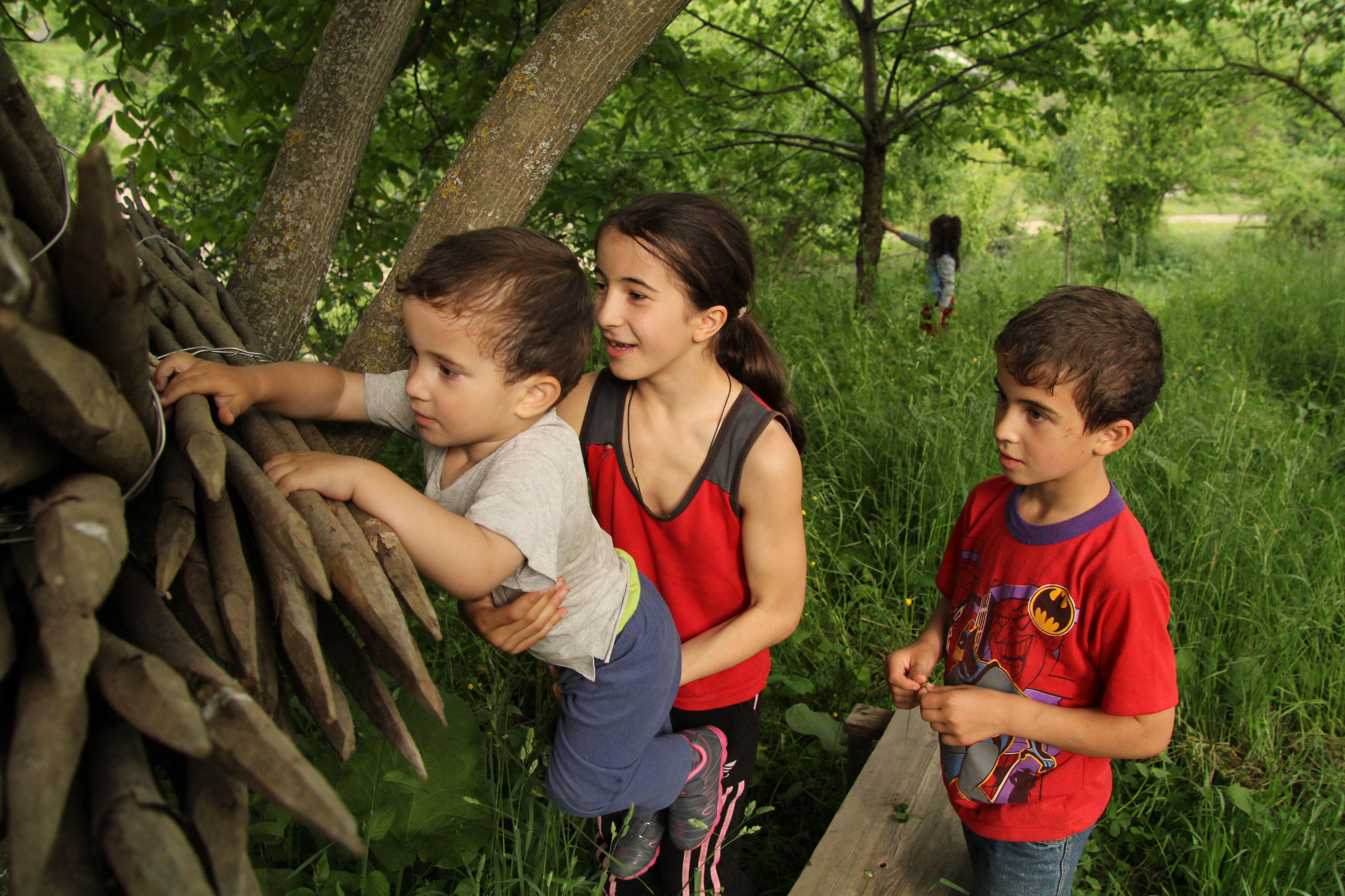 Анжела, Ацамаз и Денис около дома.