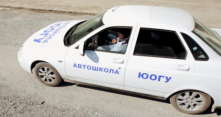 На автодроме при ЮОГУ новички получают первые навыки вождения