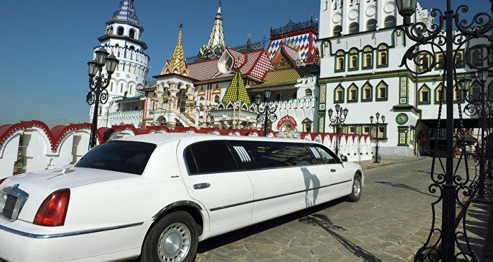 Лимузин у стен Измайловского Кремля.