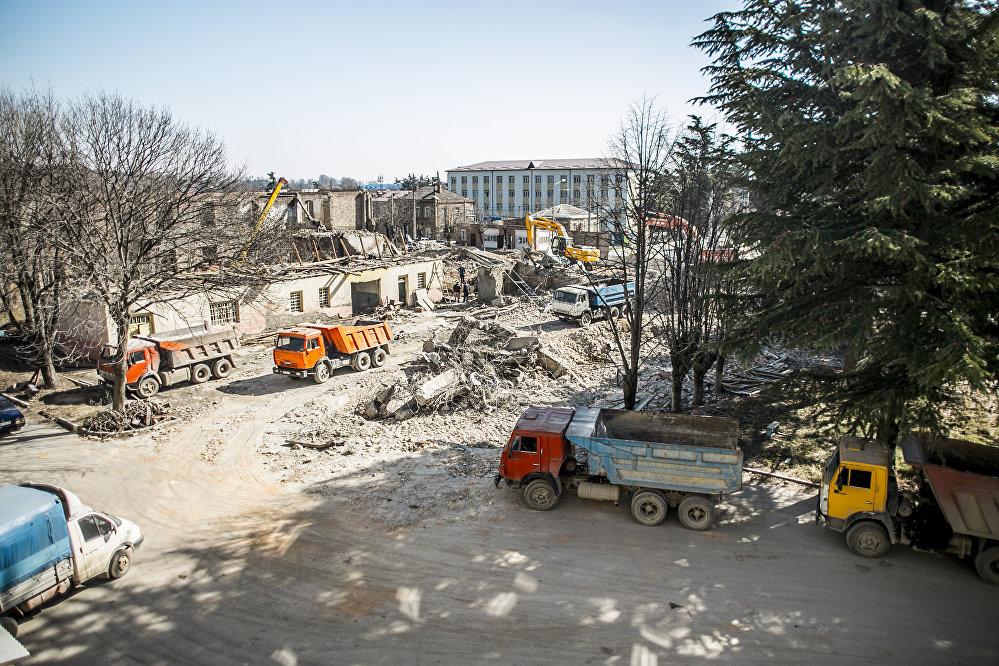 На том месте, где долгие десятилетия югоосетинская молодежь получала знания, сегодня трудится строительная техника.