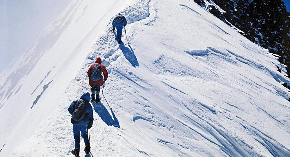 Cотрудники экстренных служб добрались досорвавшихся сКазбека альпинистов