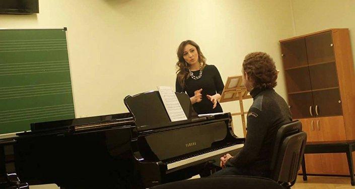 Лали Хабалова на репетиции, архивное фото