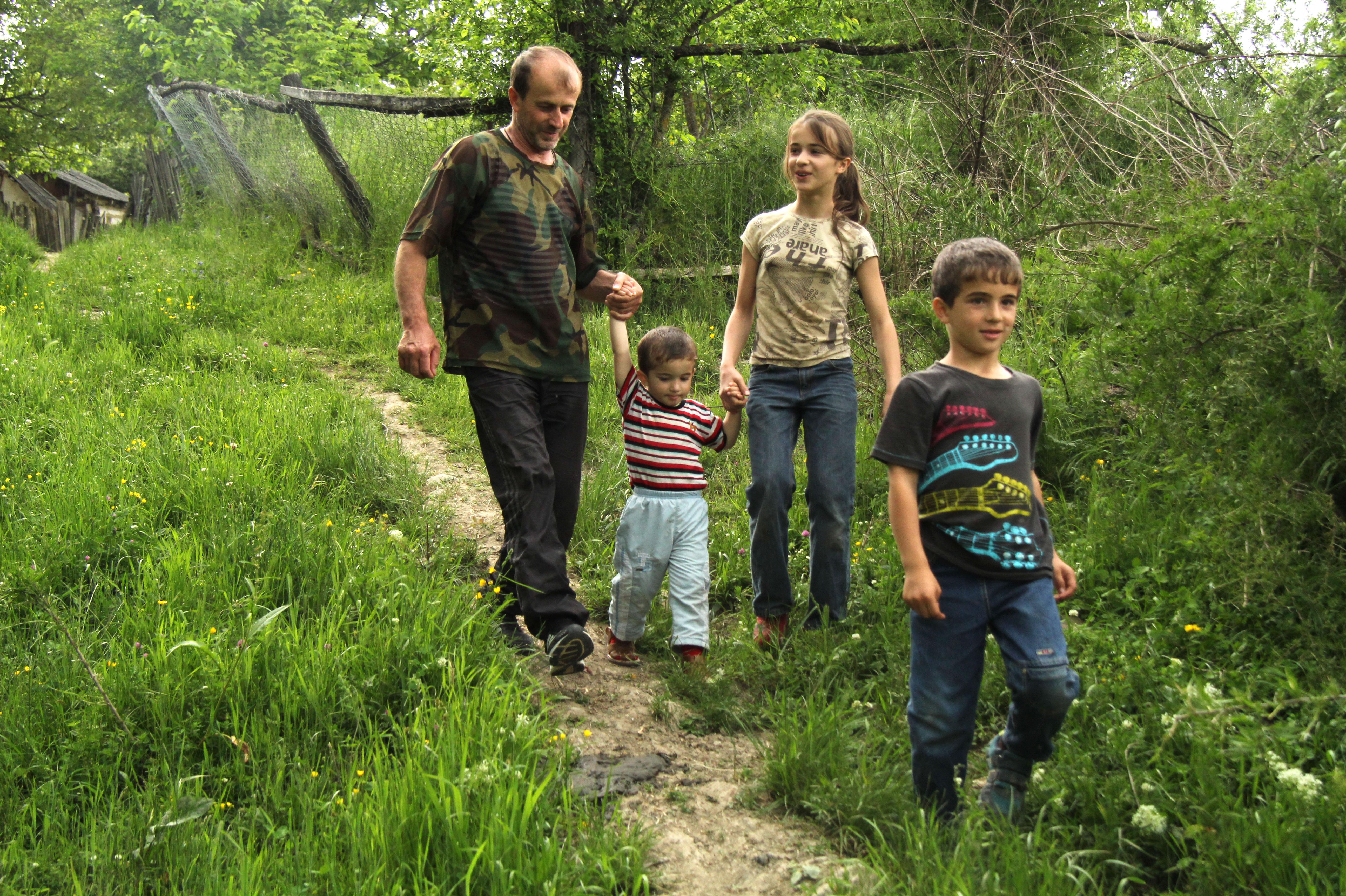 Вячеслав с детьми на прогулке