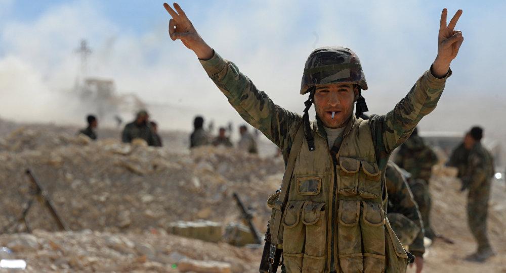 Бойцы сирийской армии и ополчения на подступах к городу Эль-Карьятейн в Сирии