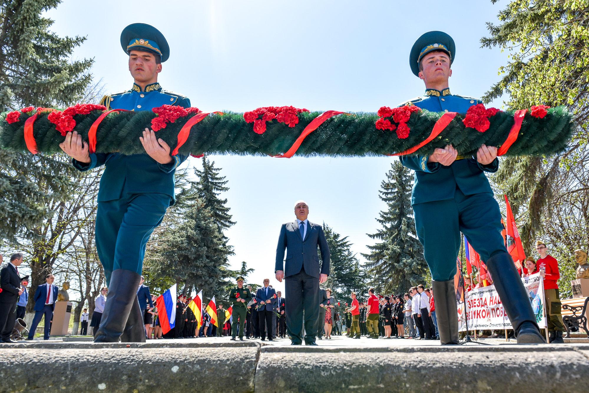 Участники акции Звезда Знамени Победы возложили гирлянду в Вечному огню
