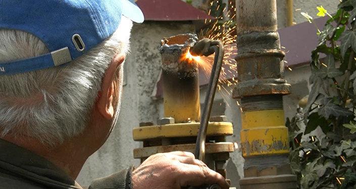 Газовая служба в центре Цхинвала демонтировала надземные газовые линии