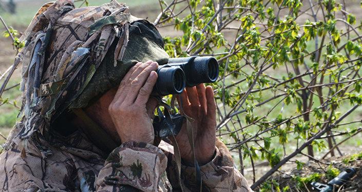 Военнослужащий на наблюдательном посту в Луганской народной республике (ЛНР).
