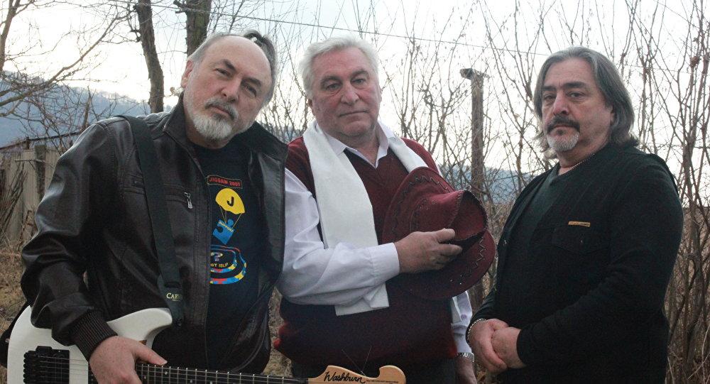 Участники группы Бонварнон готовы собраться, чтобы дать юбилейный концерт.