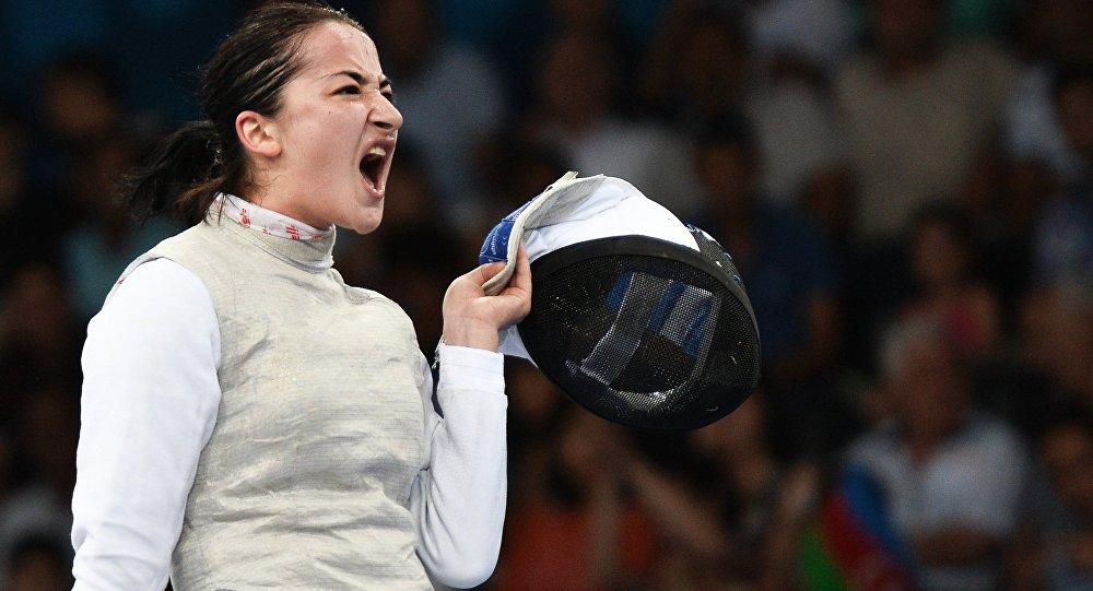 Яна Алборова на соревнованиях среди женщин по фехтованию на рапирах
