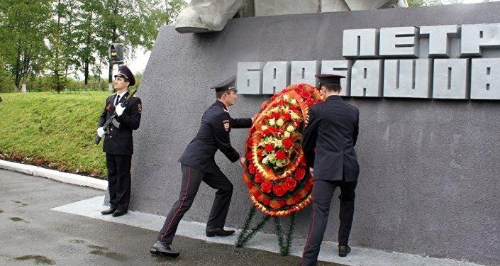 Парад у памятника Петру Барбашову