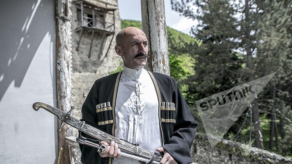 Роль меньшевика Валико Джугели Далась Сослану довольно легко, он говорит, что в кино играть легче, чем на сцене.