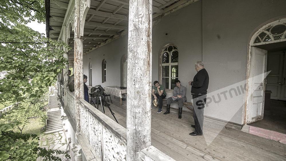 Смотритель музея проводил для съемочной группы экскурсии в свободное от съемок время