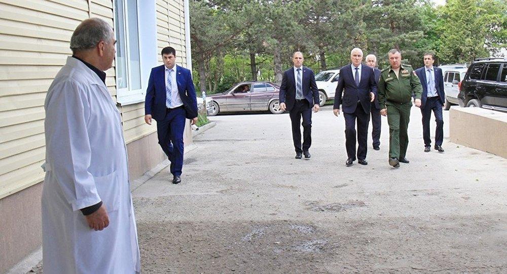 Леонид Тибилов навестил пострадавших в результате ДТП российских военнослужащих