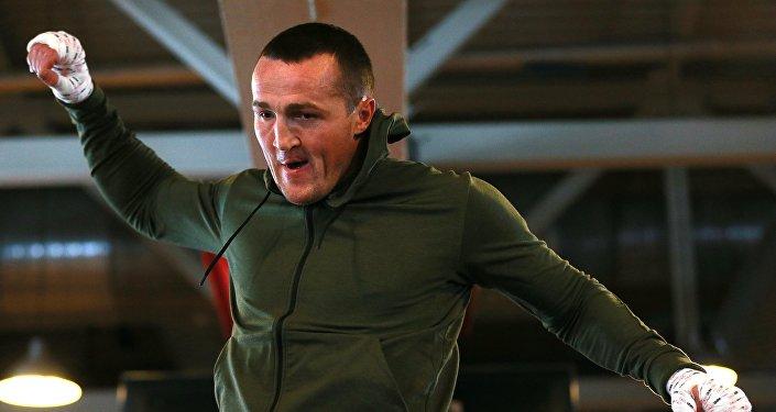 Боксер Денис Лебедев во время тренировки перед предстоящим боем с Виктором Рамиресом.