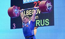 Руслан Албегов во время соревнований по тяжелой атлетике.