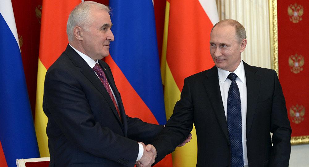 Встреча президента России В.Путина с президентом Республики Южная Осетия Л.Тибиловым