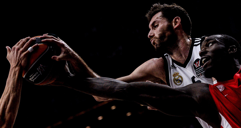 Игроки баскетбольных клубов Реал (Испания) Руди Фернандес и Олимпиакос (Греция) Отелло Хантер в финальном матче Финала четырех баскетбольной Евролиги