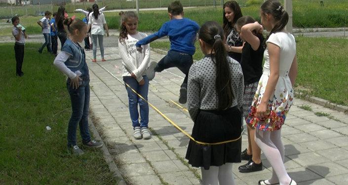 Sputnik предложил детям играть в дворовые игры вместо гаджетов