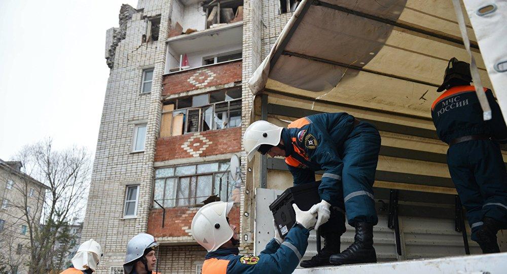 Сотрудники МЧС РФ во время эвакуации жителей и разбора завалов, архивное фото.