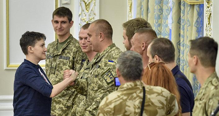 Президент Украины П. Порошенко вручил Н. Савченко орден Золотой Звезды