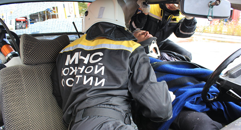 Спасатели МЧС РЮО оказывают помощь пострадавшему в ДТП