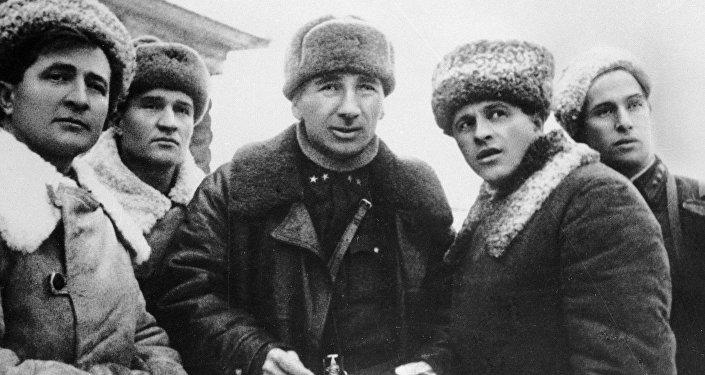 Л. Доватор, И. Плиев с командирами частей