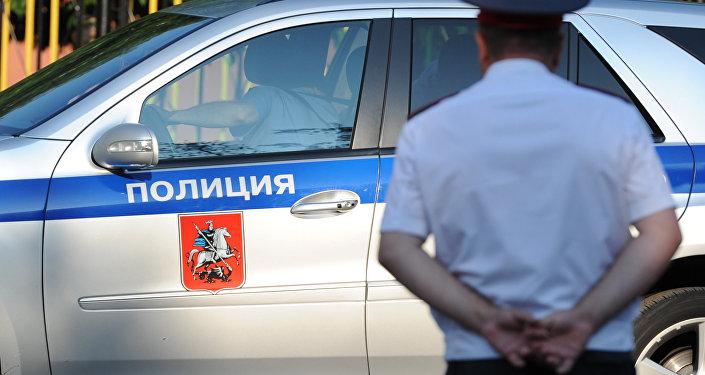 Полицейский автомобиль и сотрудник полиции