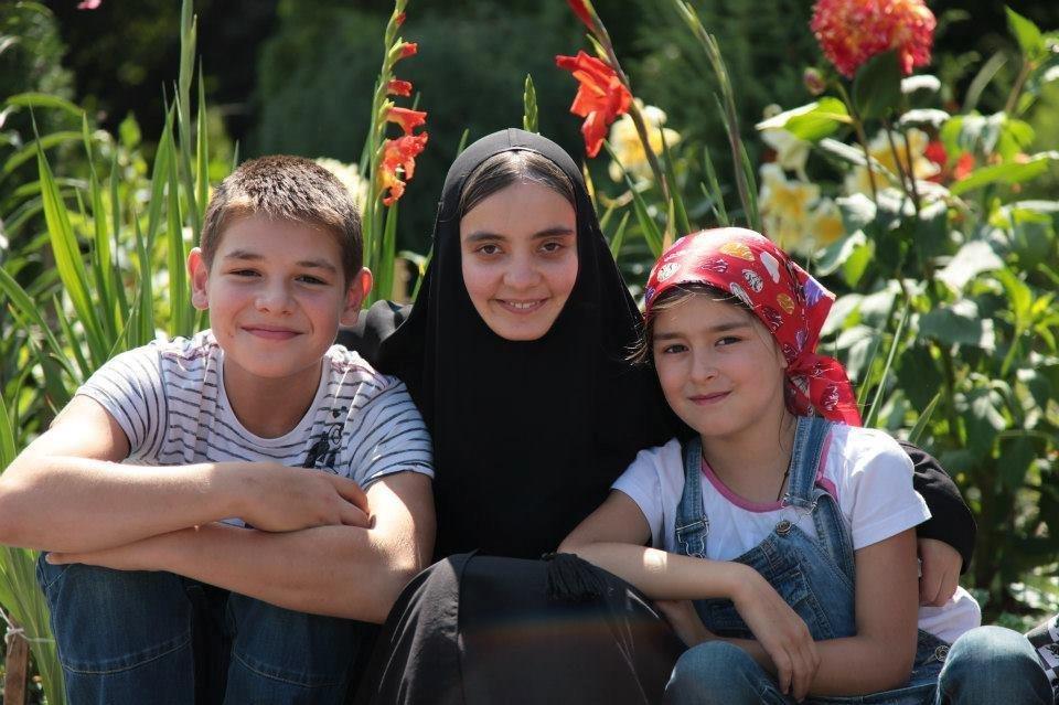 Монахиня женского монастыря в Алагире с детьми детского центра