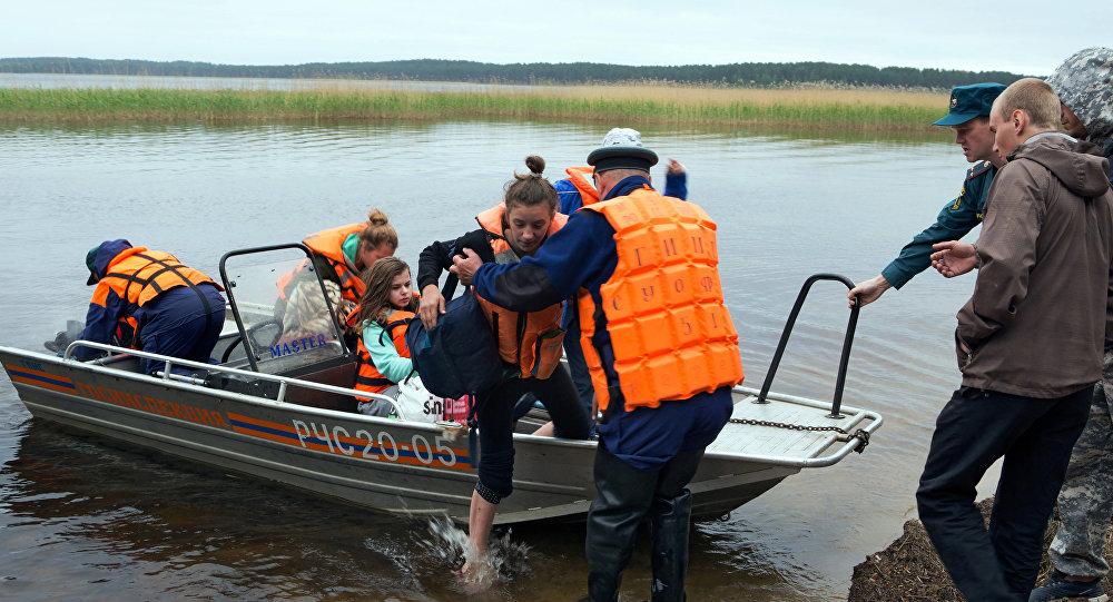 в карелии перевернулась лодка с детьми
