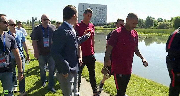 Криштиану Роналду выхватил у журналиста микрофон и выбросил его в озеро