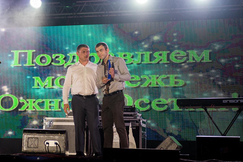 Перед началом концерта комитет по делам молодежи наградил молодых специалистов в разных сферах.