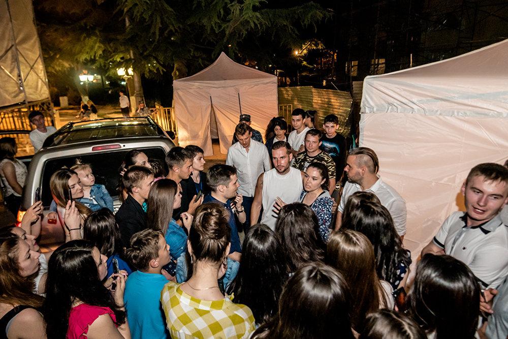После концерта группу оккупировали фанаты. Все хотели сфотографироваться с музыкантами и взять автограф на память.